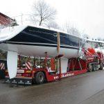 lastebil med båt på lasteplanet 2
