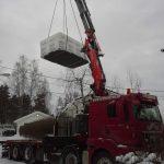 kranbil heiser på plass byggemateriale