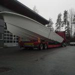 lastebil med stor båt bak