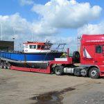 blå båt på lasteplanet på havna