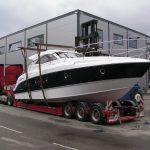 fritidsbåt på kranbilen
