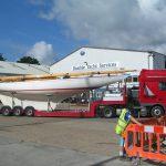 lang seilbåtpå kranbilen