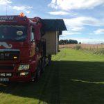 frakt av liten hytte på lastebil
