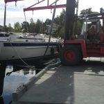 heising av seilbåt ved havna